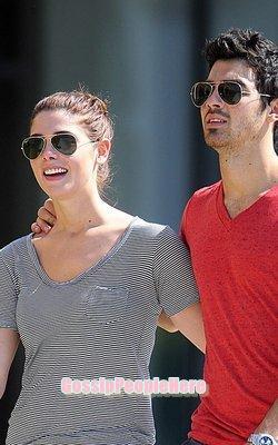 ->Jashley dans les rue de Baton Rouge                                                  Joe qui a quitté Demi car il trouvait qu'elle médiatisait trop son couple.. On peut pas dire que lui soit un exemple!