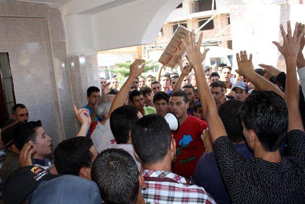"""ساكنة جماعة بودينار تكشف """"عورة"""" مجلسها الجماعي في مسيرة إحتجاجية"""