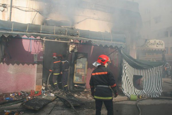 ألسنة النيران تلتهم مواد غذائية وتتسبب في نفوق الدواجن جراء حريق مهول بمحلين تجاريين وسط العروي