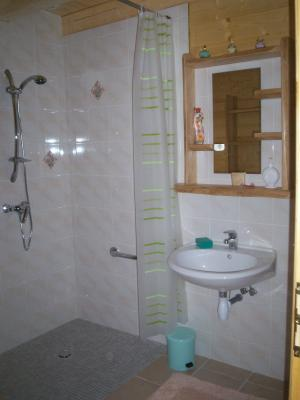 cote salle de bain locations saisonnieres au creux du bois. Black Bedroom Furniture Sets. Home Design Ideas