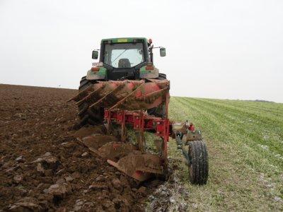 Broyage des moutardes + labour d'hivert 2010