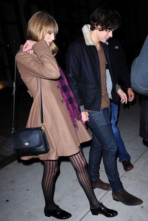 Taylor aurais pris la main d'harry quand elle a vu les camera mais il l'aurez lachée de suite