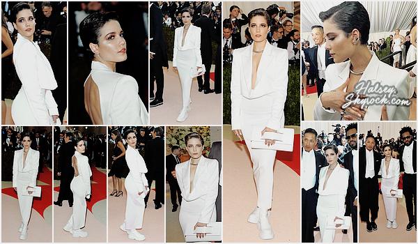 02/05/2016 • • Ashley était présente lors du prestigieux Met Gala a New York.  Halsey, toute de blanc vêtu, a frôler le tapis rouge du met. Thème futuriste oblige, chaussures bizarre, seul flop de la tenue.