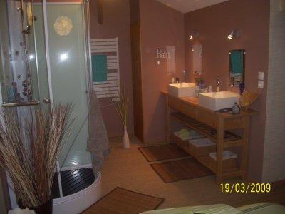 La salle de bain de la chambre zen le clos de saint for Chambre de bain zen