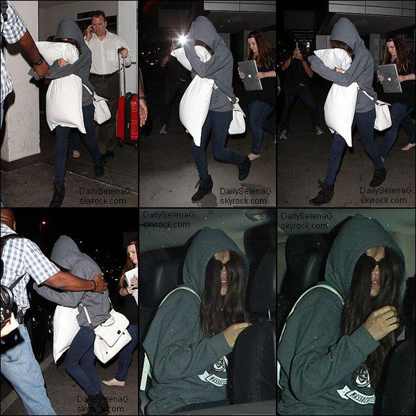 30/06/13 : Selena a l'aéroport de Los-Angeles.