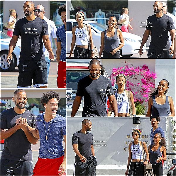 01/06/2014 : Will Smith à été vu avec sa famille après avoir fait du shopping chez « Planet Blue » dans Hawaii.
