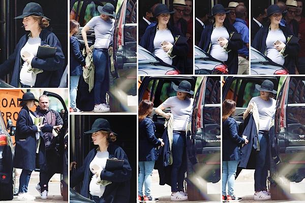 . • 25/05/19  : Blake Lively a été voir son mari Ryan Reynolds sur le set de son film « Free Guy » dans Boston (US) : Souriante, la belle affichait son baby bump dans une tenue plus que décontractée ! Elle était aussi avec ses filles mais je n'ai pas mis leurs photos ..