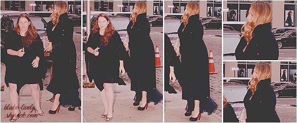 . 02/10/16 : Blake Lively a été aperçue arrivant au mariage de son amie dans « Tribeca » à New-York City (US) : Première sortie post accouchement pour Blake ! Elle était au mariage de sa meilleure amie Jessica Snyder. Top, j'aime beaucoup ses chaussures ** .