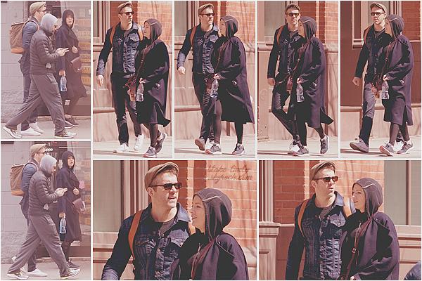 . 30/03/17 : Madame Reynolds a été aperçue se promenant dans les rues de la ville de « New-York City  » (US) : En mode camouflage et capuche vissée sur la tête, Blake était peu reconnaissable en compagnie de son mari Ryan et de leur ami Jake Gyllenhaal.