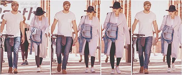 . 17/05/17 : Blake Lively a été aperçue dans les rues de la ville de « New-York  » avec son mari Ryan Reynolds : Petite ballade en amoureux pour les mariés. Blake n'avait pas l'air ravie de voir les pap'z ... J'aime assez sa tenue, surtout le gilet ! Petit top ! Avis ?