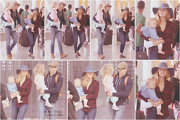 . 27/08/17 : Blake Lively, avec sa petite famille, ont été aperçus à l'aéroport de « Toronto  » situé au Canada (CA) : Rare sont les apparitions de la petite famille au complet, mais ils sont toujours aussi mignon. Top pour la tenue de Blake, j'aime beaucoup son ensemble !