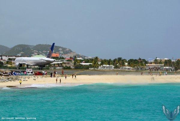 La Célebre Plage de Maho-Beach connu pour sa piste en Bout de Plage . C'est la Plus Petite Piste Du Monde A Faire Atterir des Gros Porteur Comme le 747-400 . 340-300