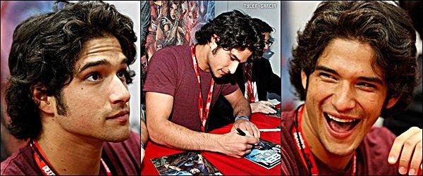 . 23 Juillet 2011 - Tyler et le reste du cast toujours aux Comic Con signant des autographes pour les fans.  Que dire de différent pour une fois ? Hmm..OMG j'adore tellement son sourire ! Donnez moi vos avis sur le reste du cast.  .