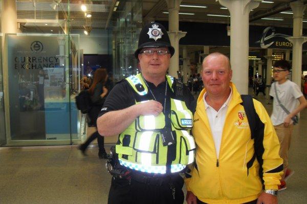 Dominique avec la police Anglaise !