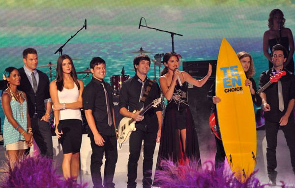 ~ Le 7 aout la belle Ashley s'est présenté aux Teen Choice Awards  arborant une robe Givenchy. TOP?  ♥