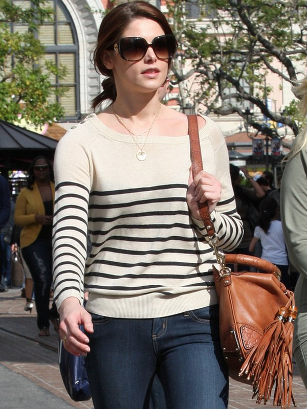 Ashley a été aperçue le 9 avril 2011 faisant du shopping avec une amie. TOP pour la belle ♥