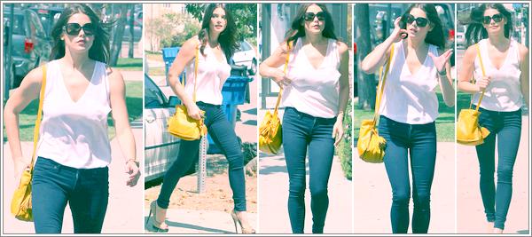 ~ La belle Ashley G. à été vue dans les rues de Los Angeles ! J'adore sa tenue, c'est un TOP pour moi ♥