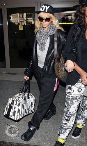 Après son séjour à Londres, Rihanna est de nouveau de retour à Los Angeles puisqu'elle a été photographiée en compagnie de Melissa à l'aéroport « LAX ».