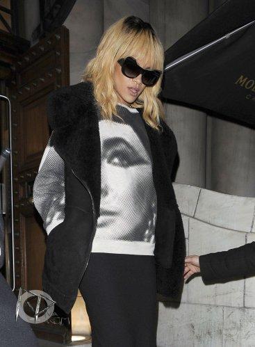 Rihanna a passé la soirée dans un club très branché de Mayfair, le « Aura Nightclub » où elle n'en est ressortie que très tard dans la nuit.