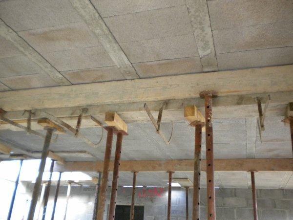 Pose d'hourdis bétons pour le plancher de l'étage
