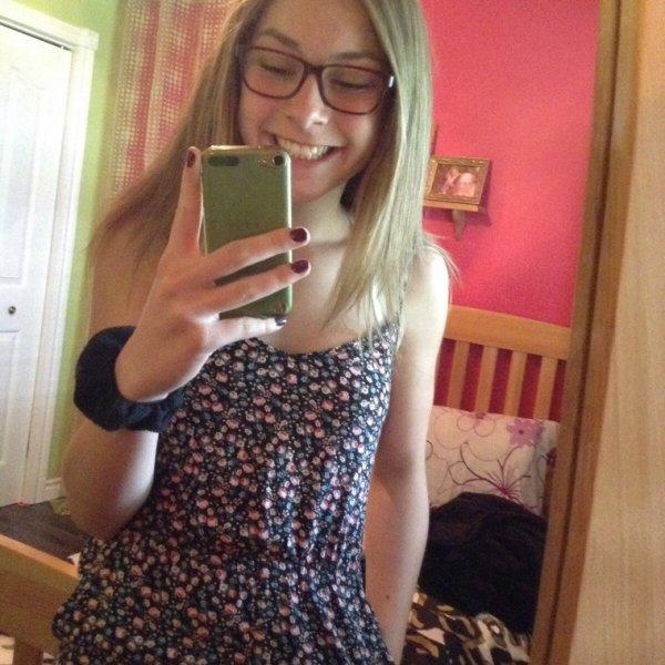 les cheveux lisses avec une petite robe vous aimez ou non?