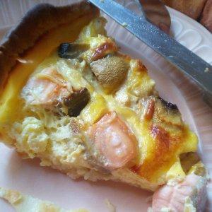 Quiche au saumon et aux champignons de Paris.