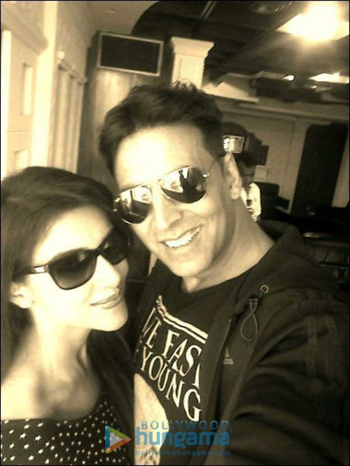Akshay turns bodyguard for Asin