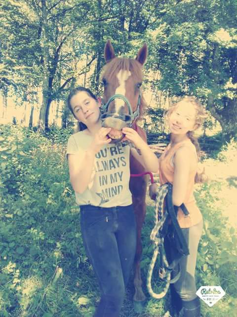 une pote et moi et anini le poney que je débourre