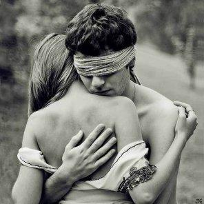 Nous sommes tous à la recherche de cette personne unique qui nous apportera ce qui nous manque dans notre vie. Et si on ne parvient pas à la trouver on n'a plus qu'a prier pour que ce soit elle qui nous trouve...