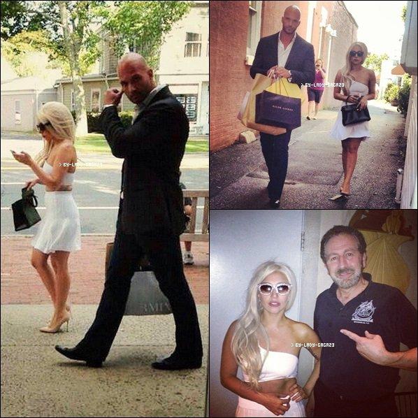 . 10/06/13 : Lady Gaga était au mariage de sa meilleure amie BO, une amie de très longue date, au Mexique !   Elle est toute belle, souriante et toute migonne, et dans une belle tenue. J'adore les fleurs dans ses cheveux. .