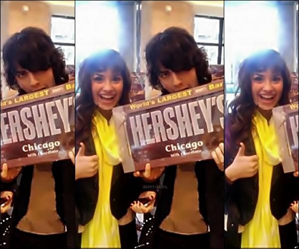 21/02/08: Demi Lovato & Joe Jonas étaient au « Hershey » (un magasin de chocolat). Encore une fois, il n'existe malheureusement qu'une seule photo où l'on peut voir que Joe tient la plus grande barre de chocolat au monde. TOP/BOF/FLOP? Pour moi c'est un TOP même si on ne voit pas sa tenue en entier, elle a l'air bien et Jemi sont trop choux.