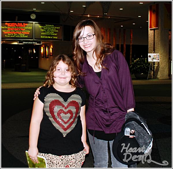 09/03/08: La belle Demi Lovato a été vue posant avec une fan à Tampa en Floride. TOP/BOF/FLOP? Pour moi c'est un BOF, j'aime pas son haut mais les lunettes lui vont vraiment bien.