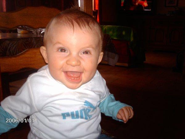 mon gros bébé a 2 petite dents et on les voi tré bien sur cette tof