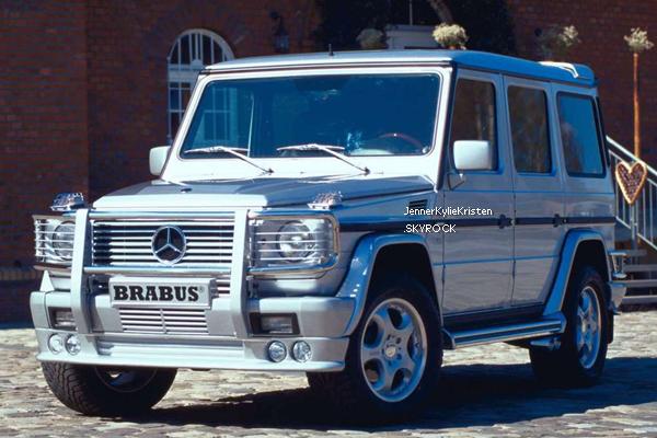 . Kylie à seulement 15 ans, s'offre une Mercedes Benz G Wagon à 125 000 dollars ! Alors qu'elle n'a pas l'âge légal pour conduire toute seule ! Trouvez-vous ça normal ? .