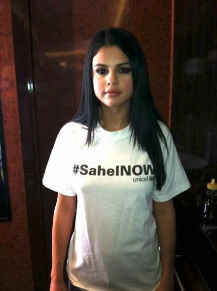Selena Gomez sans soutien-gorge pour la bonne cause!