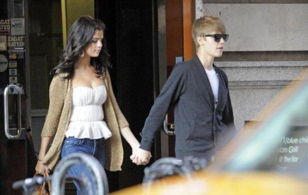 Selena Gomez et Justin Bieber sortant d'un restaurant! :)