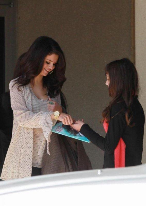 Selena Gomez super belle pour rendre  visites aux enfants malades à Dallas! ^^