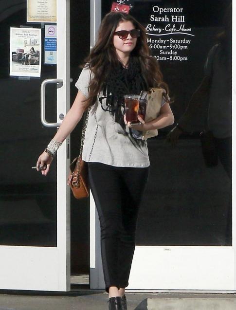 Selena Gomez sortant de chez « Panera Bread »