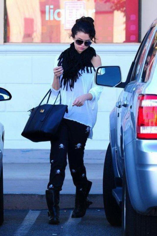 """Selena en style """"tete de mort"""" pour faire du shopping! :D"""