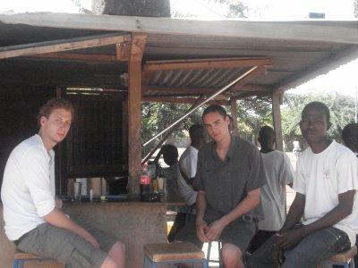 Photo des amis de Grenoble lors de leur passage au Burkina Faso, pays des hommes intègres!!