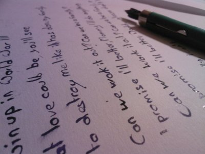 L'écrire est pour moi la seule façon de m'exprimer librement . Ce blog m'aide plus encore , personne ne lis ce que j'écris ici .
