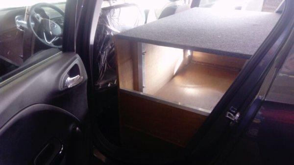 Opel corsa commercial avec trappe roue