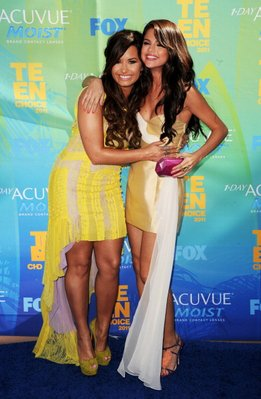 DEMI ET SELENA AU TEEN CHOICE AWARDS RED CARPET TOP OU FLOP?