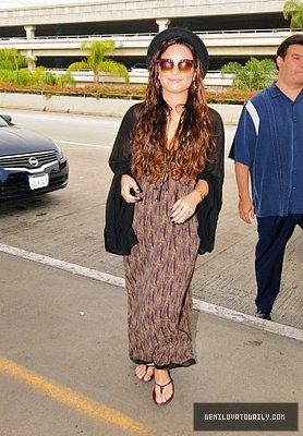 Selena Se Pomenant Avec Son Chien Baylor et Demi Chantant L'Hymme National Puis Arrivant A L'Aèroport LAX