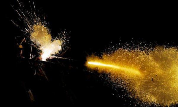 tirs de fusil à poudre noire la nuit ...