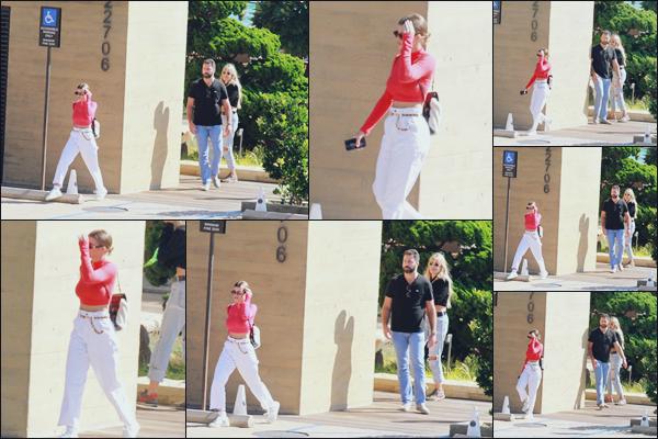 """"""" -11/10/18 •- Sofia Richie est allée déjeuner avec des ami(e)s dans un restaurant situé dans Malibu en Californie !Des photos de mauvaise qualité pour cette nouvelle sortie, c'est vraiment dommage, la tenue de notre mannequin à l'air canon. Le blanc lui va bien, top. ."""