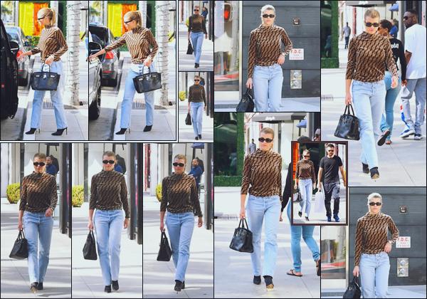 """"""" -12/10/18 •- Sofia Richie est photographiée se rendant à la boutique de luxe « Prada » située dans Beverly Hills.Plus tard, elle quittait l'enseigne avec un sac de shopping à la main, aux côtés de Scott. En ce qui concerne la tenue, c'est un sublime top pour ma part ! ."""