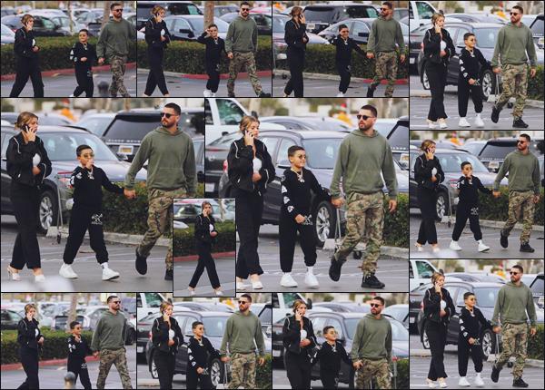 """"""" -14/10/18 •- La belle Sofia Richie est allée se chercher une glace avec Scott et Mason, dans les rues de Malibu !Petite sortie """"familiale"""" pour notre jeune mannequin, c'est rare d'avoir une sortie de Sofia avec les enfants de Scott (et Kourtney). Un top pour sa tenue. ."""