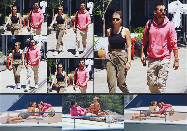 """"""" -30/10/18 •- Sofia et Scott Disick ont été aperçus plusieurs fois se baladant dans les rues de Sydney, Australie !Profitant d'une journée OFF, le couple est allé notamment visité un zoo. Puis l'aprés-midi ils ont décidés de faire bronzette sur un sublime yacht ! Avis ? ."""