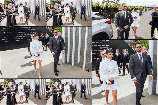 """"""" -03/11/18 •- Sofia et Scott se sont rendus à une course de chevaux au « Flemington Racecourse » à Melbourne !Les tenues chics étaient de mise pour le couple ce jour la ! La robe blanche que poste Sofia est magnifique, mais je ne suis pas très fan de son chapeau. ."""